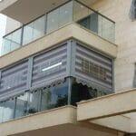 ПВХ шторы или вертикальные маркизы: надежная защита балконов и пергол израильской зимой