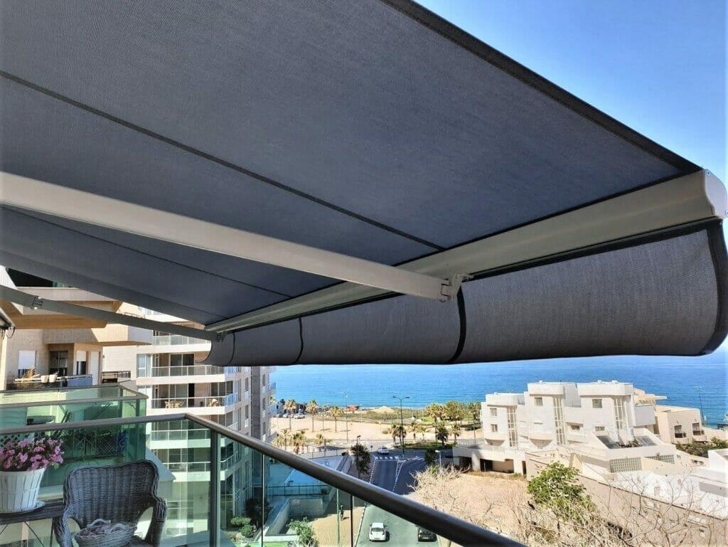 Пергола на балкон – одно из самых популярных решений в Израиле